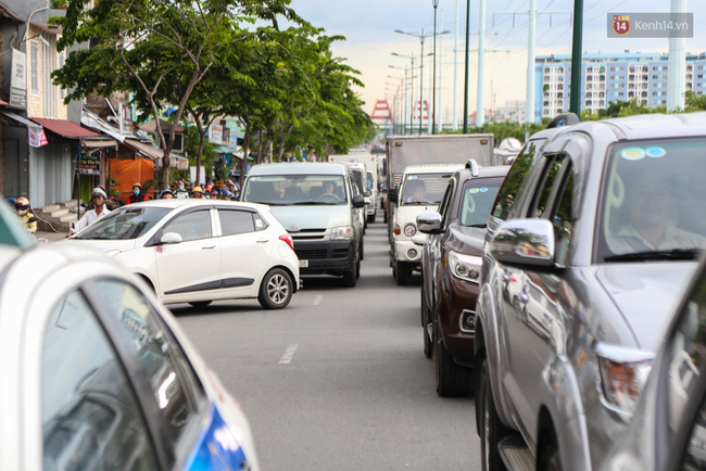 Kẹt xe kéo dài hơn 2km trên đại lộ Phạm Văn Đồng sau cơn mưa lớn ở Sài Gòn - Ảnh 8.