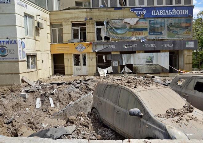 Đường ống nước ngầm đột ngột phát nổ sau 37 năm bị lãng quên dưới lòng đất Ukraina - Ảnh 7.