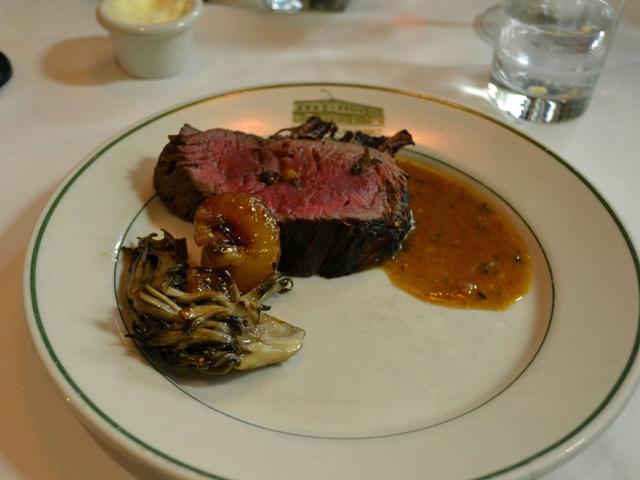 Có gì tại nhà hàng ưa thích của Warren Buffett tại New York, nơi nhiều người chi hàng triệu đô la để dùng bữa với tỉ phú giàu nhất thế giới? - Ảnh 7.