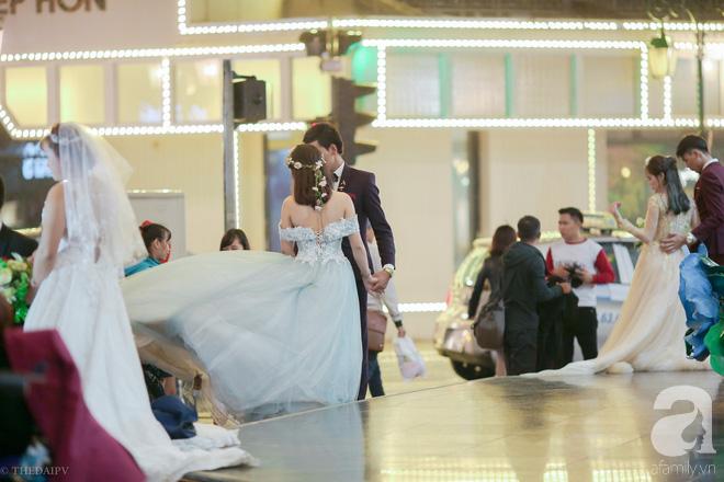 Hà Nội vào mùa cưới, một mét vuông mấy chục cô dâu chen nhau tạo dáng, bất chấp gió mưa - Ảnh 7.