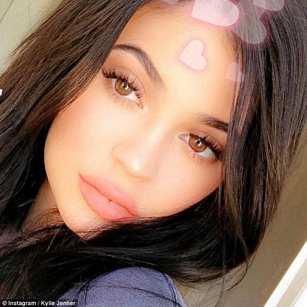 Kylie Jenner khoe chiếc nhẫn đính viên kim cương khủng, có thể đã đính hôn và sắp sinh con gái - Ảnh 9.