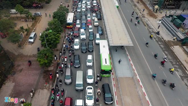 Những tình huống buýt nhanh BRT bị ôtô, xe máy cản trở - Ảnh 9.