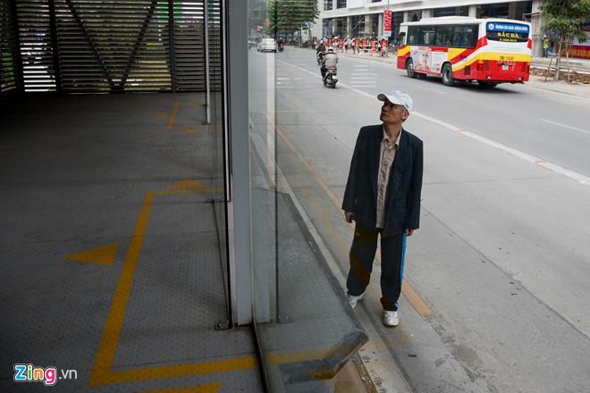 Hành khách lúng túng tìm lối ra vào nhà chờ buýt nhanh BRT - Ảnh 8.