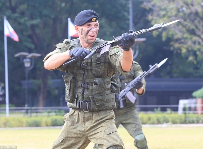 Lính Nga chịu bỏng, đập vỡ gạch trên người để tập luyện - Ảnh 8.