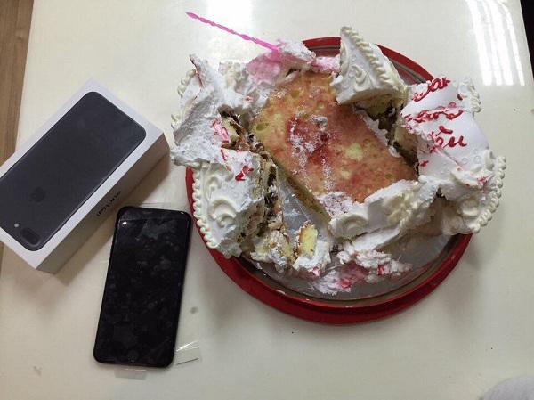 Tặng quà phải như anh: Chiếc iPhone 7 kẹp trong bánh kem không nhân dịp gì cả - Ảnh 4.