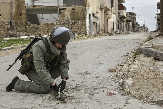 Lính Nga vật lộn với bom mìn chưa nổ ở Aleppo - Ảnh 8.
