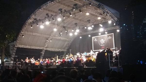 Tối cuối tuần, phố đi bộ Hà Nội vui hơn hẳn với buổi biểu diễn của dàn nhạc giao hưởng London - Ảnh 9.