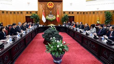 Thủ tướng Nguyễn Xuân Phúc tặng Thủ tướng Singapore món quà độc đáo - Ảnh 8.