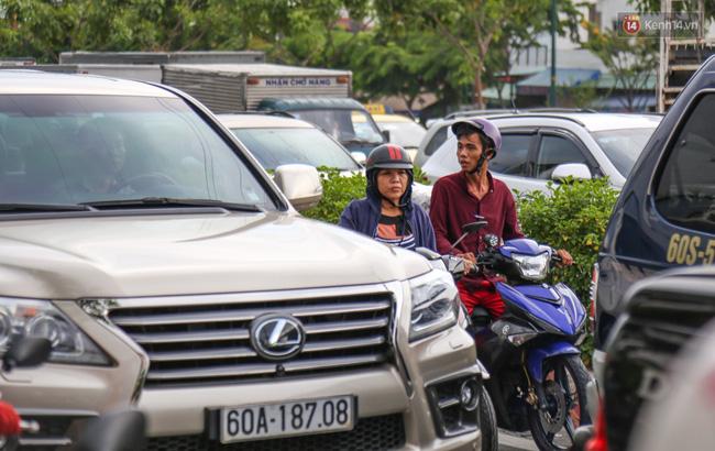 Kẹt xe kéo dài hơn 2km trên đại lộ Phạm Văn Đồng sau cơn mưa lớn ở Sài Gòn - Ảnh 9.
