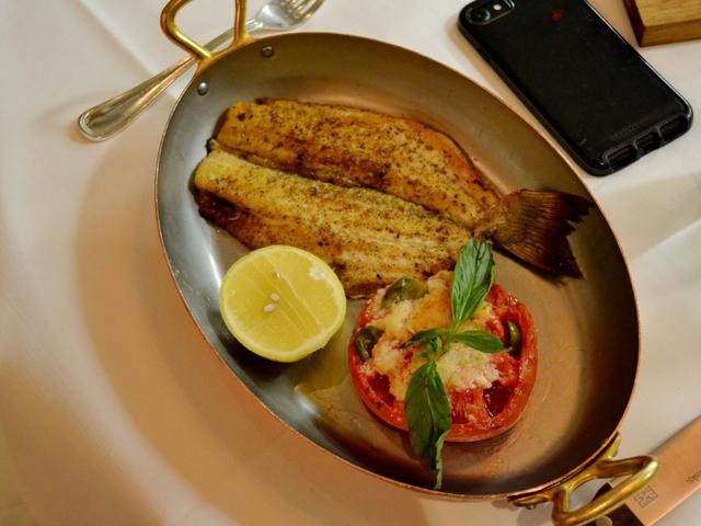 Có gì tại nhà hàng ưa thích của Warren Buffett tại New York, nơi nhiều người chi hàng triệu đô la để dùng bữa với tỉ phú giàu nhất thế giới? - Ảnh 8.