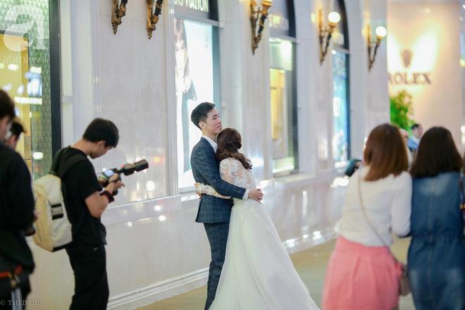 Hà Nội vào mùa cưới, một mét vuông mấy chục cô dâu chen nhau tạo dáng, bất chấp gió mưa - Ảnh 8.