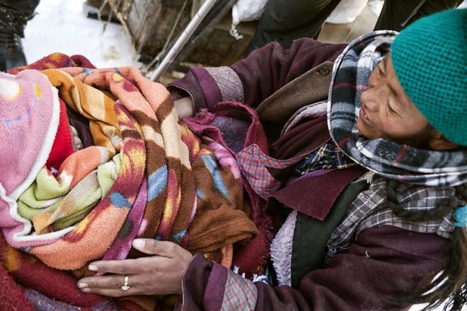 Cuộc sinh nở gian nan của những phụ nữ phải đi bộ suốt 9 ngày trời, trong giá buốt -35 độ mới đến được trạm xá - Ảnh 8.