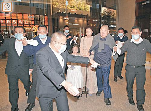 Tỷ phú Hong Kong chống gậy đưa vợ đáng tuổi cháu đi mua sắm - Ảnh 3.