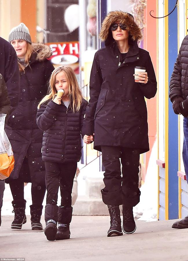 Angelina Jolie trượt tuyết với các con sau tin đồn giảm cân còn 34 kg - Ảnh 9.
