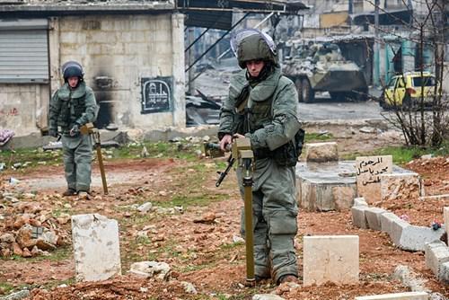 Công binh Nga cày xới từng mét đất Aleppo - Ảnh 8.