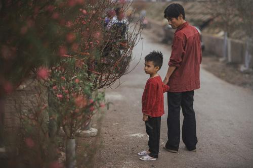 Bộ ảnh gây xúc động về tình cha con với cái Tết của người nghèo - ảnh 3