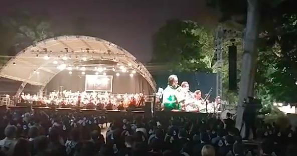 Tối cuối tuần, phố đi bộ Hà Nội vui hơn hẳn với buổi biểu diễn của dàn nhạc giao hưởng London - Ảnh 10.