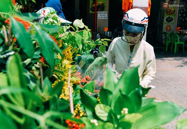 Trên đường phố Sài Gòn, có những người hàng chục năm chở theo một chợ xanh sau yên xe máy - ảnh 9