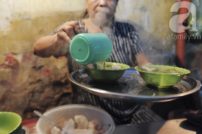 Quán bánh bột lọc 30 năm tuổi phố Ngọc Lâm, quán vỉa hè, mở hàng giờ dị mà vẫn nườm nượp khách - Ảnh 9.