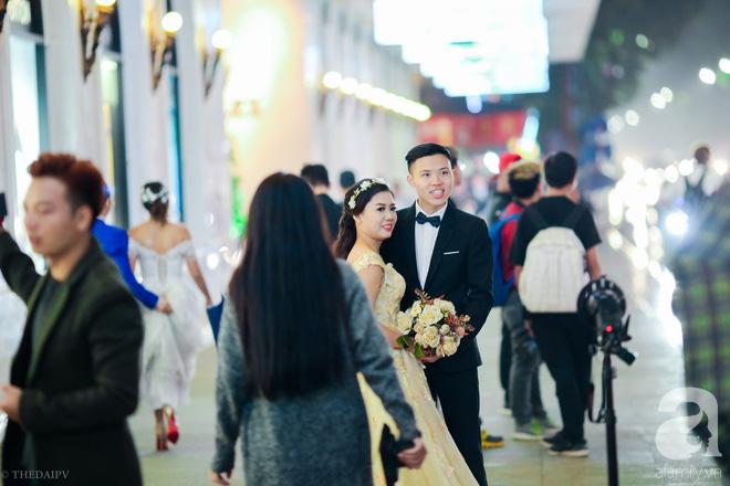 Hà Nội vào mùa cưới, một mét vuông mấy chục cô dâu chen nhau tạo dáng, bất chấp gió mưa - Ảnh 9.
