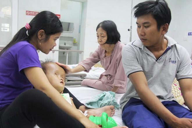 Xót cảnh bé gái 4 tuổi bị não úng thủy, đầu to gấp ba lần người thường mà bố mẹ nghèo không tiền chạy chữa - Ảnh 10.