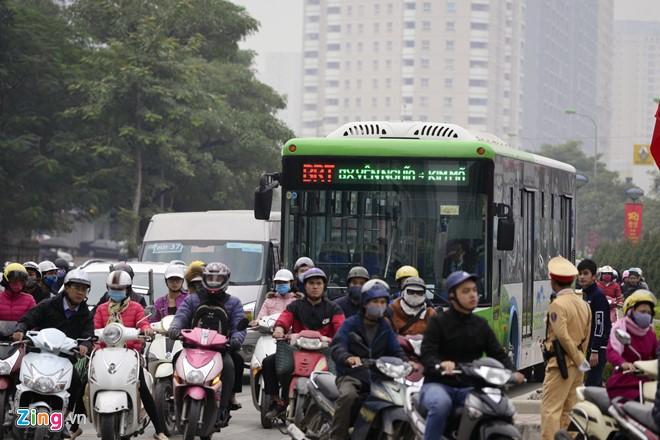 Những tình huống buýt nhanh BRT bị ôtô, xe máy cản trở - Ảnh 11.