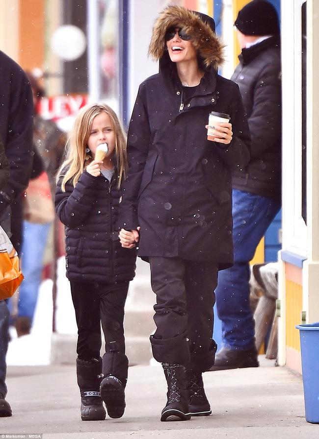 Angelina Jolie trượt tuyết với các con sau tin đồn giảm cân còn 34 kg - Ảnh 10.