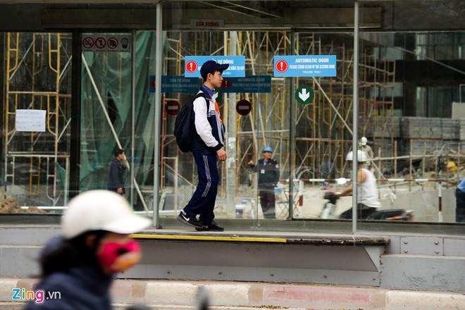 Hành khách lúng túng tìm lối ra vào nhà chờ buýt nhanh BRT - Ảnh 10.