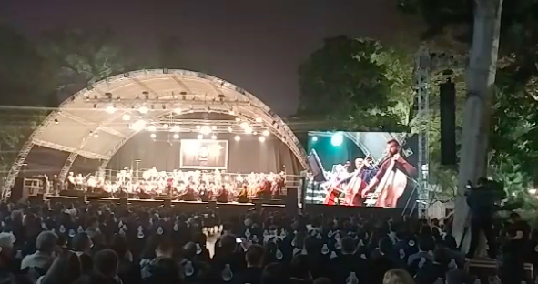 Tối cuối tuần, phố đi bộ Hà Nội vui hơn hẳn với buổi biểu diễn của dàn nhạc giao hưởng London - Ảnh 11.