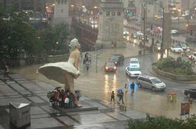 Loạt ảnh các dân chơi trời bão: Mưa gió cũng không làm nhụt chí ra ngoài đường - Ảnh 10.