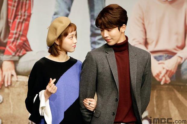 Sự thật đằng sau loạt ảnh Nam Joo Hyuk o bế mỹ nhân mặt đơ, bơ đẹp bạn gái cũ Lee Sung Kyung - Ảnh 10.