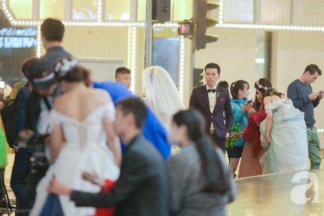 Hà Nội vào mùa cưới, một mét vuông mấy chục cô dâu chen nhau tạo dáng, bất chấp gió mưa - Ảnh 10.
