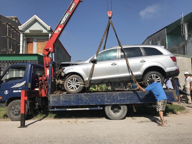 Cẩu xe Audi tiền tỷ từ ruộng rau muống lên sau tai nạn - Ảnh 9.