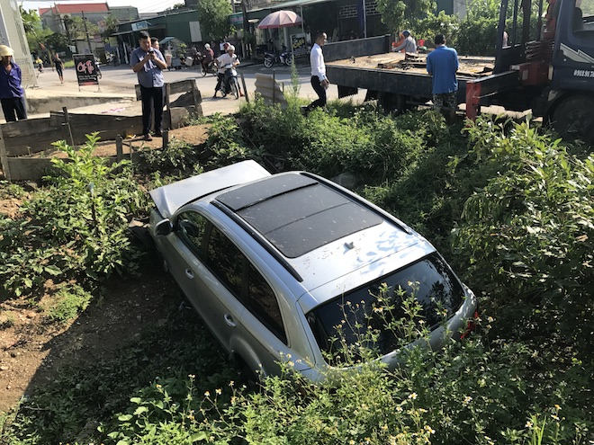 Cẩu xe Audi tiền tỷ từ ruộng rau muống lên sau tai nạn - Ảnh 5.