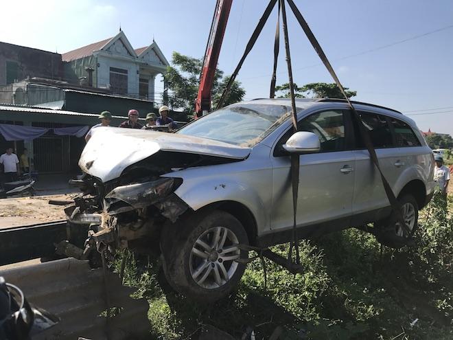 Cẩu xe Audi tiền tỷ từ ruộng rau muống lên sau tai nạn - Ảnh 7.