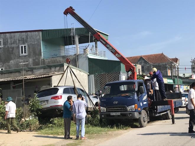 Cẩu xe Audi tiền tỷ từ ruộng rau muống lên sau tai nạn - Ảnh 8.