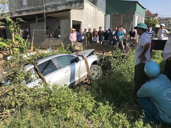 Cẩu xe Audi tiền tỷ từ ruộng rau muống lên sau tai nạn - Ảnh 4.