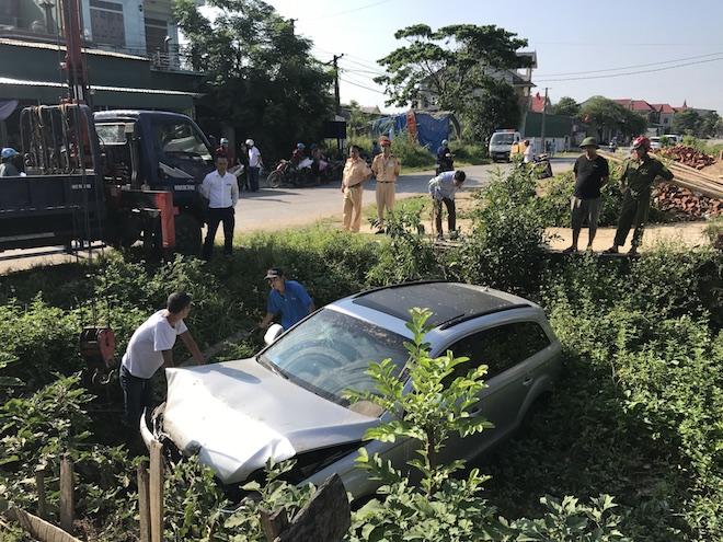 Cẩu xe Audi tiền tỷ từ ruộng rau muống lên sau tai nạn - Ảnh 3.