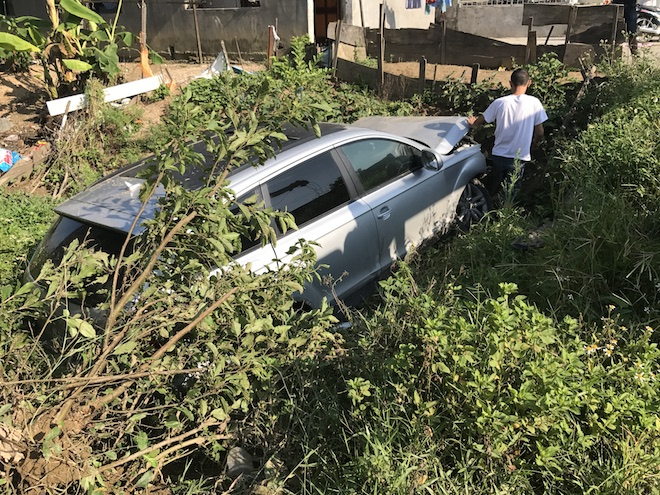 Cẩu xe Audi tiền tỷ từ ruộng rau muống lên sau tai nạn - Ảnh 2.