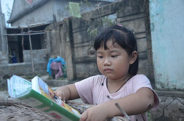 Bữa tối chỉ cháo trắng, chuối kho và lo lắng của cô bé 6 tuổi nơi vùng tâm bão số 10 - Ảnh 3.