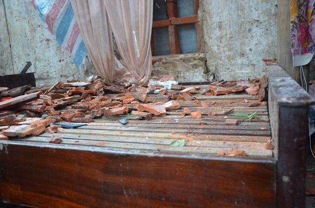Chùm ảnh một ngày sau bão số 10 của gia đình bị sập nhà ở vùng tâm bão số 10 - Ảnh 6.