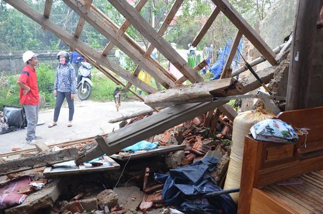 Chùm ảnh một ngày sau bão số 10 của gia đình bị sập nhà ở vùng tâm bão số 10 - Ảnh 2.