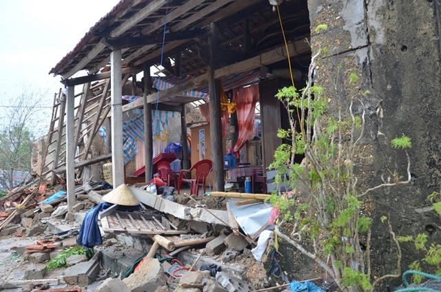 Chùm ảnh một ngày sau bão số 10 của gia đình bị sập nhà ở vùng tâm bão số 10 - Ảnh 1.