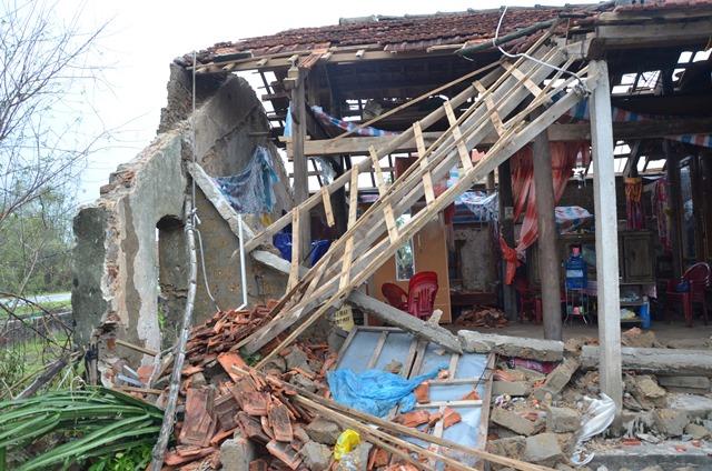 Chùm ảnh một ngày sau bão số 10 của gia đình bị sập nhà ở vùng tâm bão số 10 - Ảnh 3.