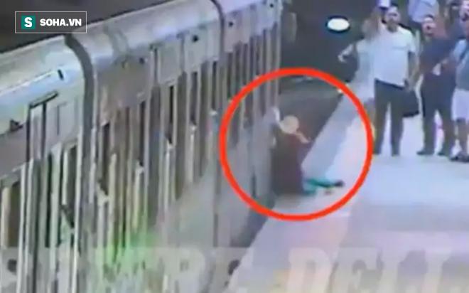 Clip: Tài xế vừa đi vừa ăn, tàu điện ngầm gây tai nạn kinh hoàng - Ảnh 2.