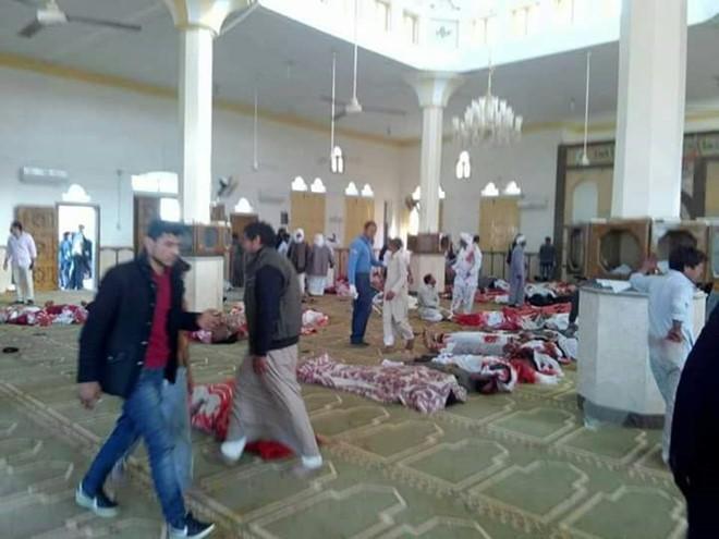 Đánh bom, xả súng đẫm máu làm 235 người thiệt mạng, Ai Cập tuyên bố quốc tang - Ảnh 3.