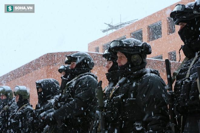 ẢNH: Cảnh sát đặc nhiệm Nga đột kích giải cứu con tin, tóm gọn khủng bố - Ảnh 1.