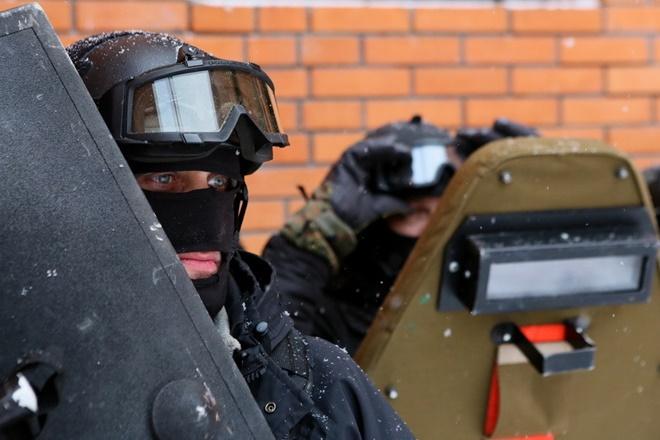 ẢNH: Cảnh sát đặc nhiệm Nga đột kích giải cứu con tin, tóm gọn khủng bố - Ảnh 2.