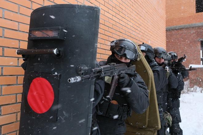 ẢNH: Cảnh sát đặc nhiệm Nga đột kích giải cứu con tin, tóm gọn khủng bố - Ảnh 3.
