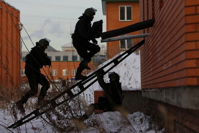 ẢNH: Cảnh sát đặc nhiệm Nga đột kích giải cứu con tin, tóm gọn khủng bố - Ảnh 4.